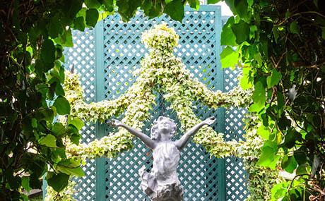 Inspiration deco fleurs plantes statue