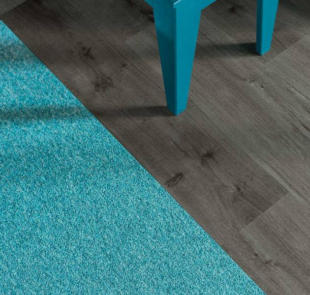 450i_closeup_carpet_pilote2_135_lvt_symbiose_looselay-25x100_l765_brown_1.jpg