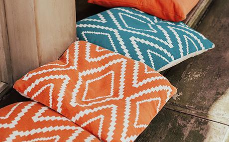 coussin-orange-blanc-turquoise-motif-geometric.jpg