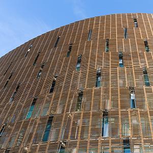 immeuble-bureaux-facade-bois-fenetres-meutrieres.jpg
